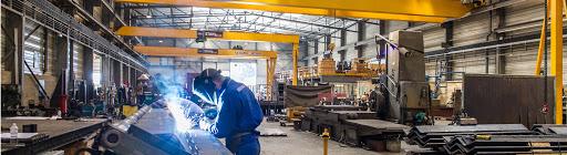 Atelier de production de grues équilibrées conventionnelles et hydrauliques.