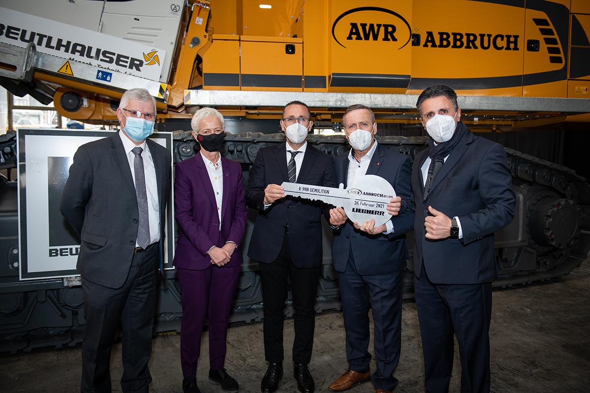 Liebherr-France SAS : la plus grande pelle de démolition Liebherr jamais construite remise à AWR Abbruch GmbH